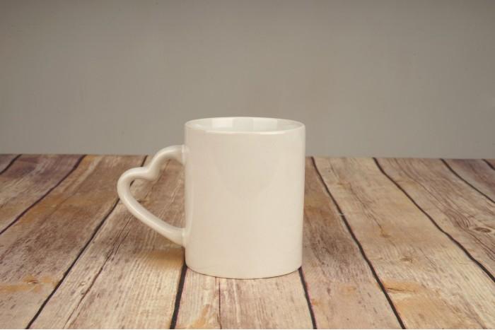 Чаша бяла с дръжка сърце